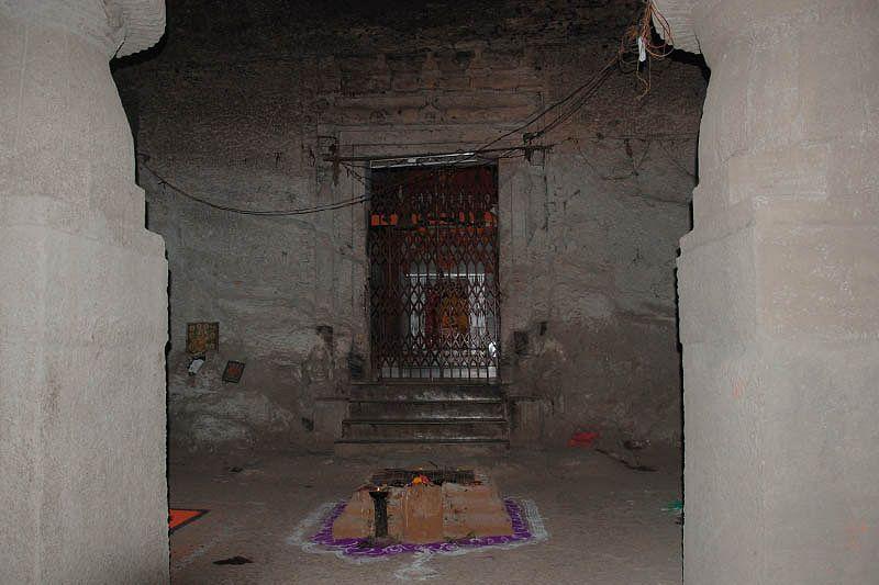 Индуистский пещерный храм Джогешвари (Jogeshwari Cave Temple)