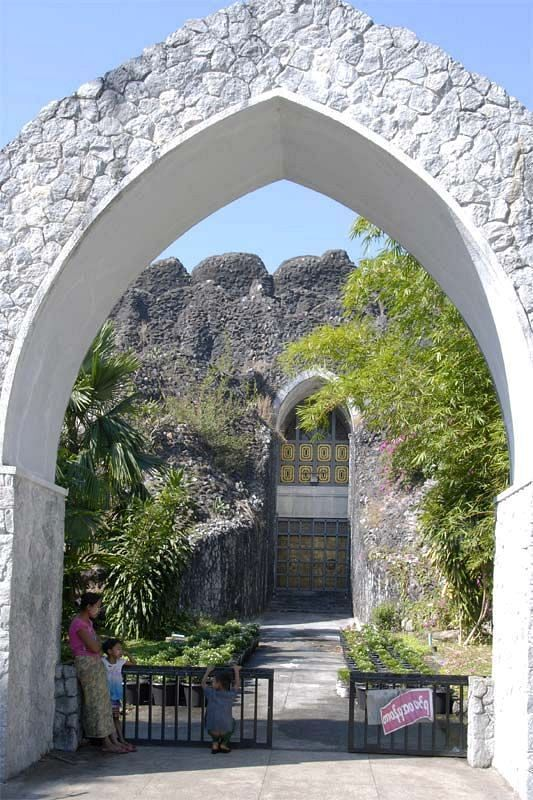Буддистская рукотворная пещера Махапасана (Mahapasana cave)