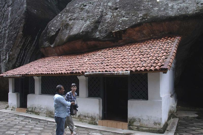 Буддистские пещерные храмы Алувихаре (Aluvihare Rock Temples)