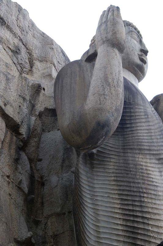 Гигантская скальная статуя Будды в Авукане (Avukana (Aukana) Buddha)