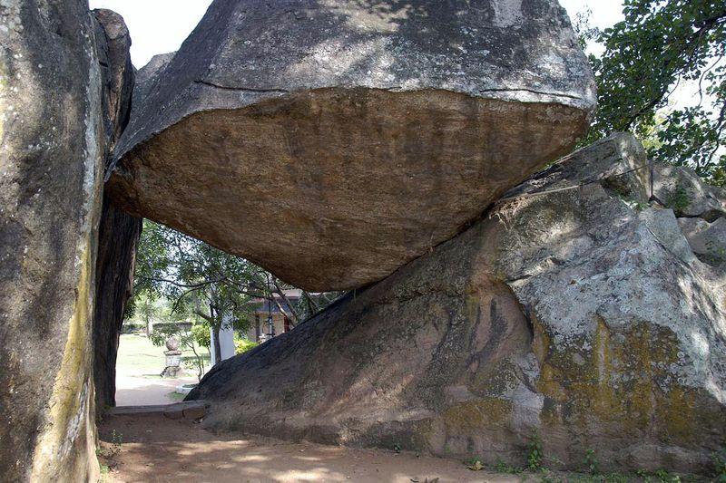 Буддистский пещерный храм и скала Исурумуния (Isurumuniya Vihara)