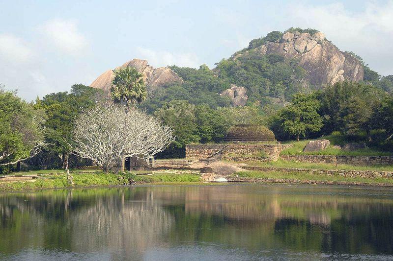 Монастырь у озера Калудья Покуна (Kaludiya Pokuna)