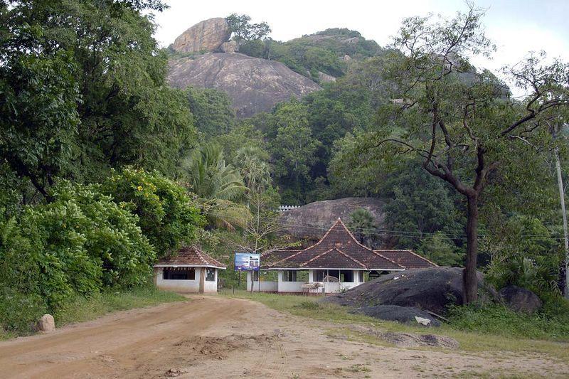 Пещерные храмы и гигантская скальная статуя Будды в Сассеруве (Рас Вехере) (Sasseruwa Buddha, Ras Vehera Buddha)