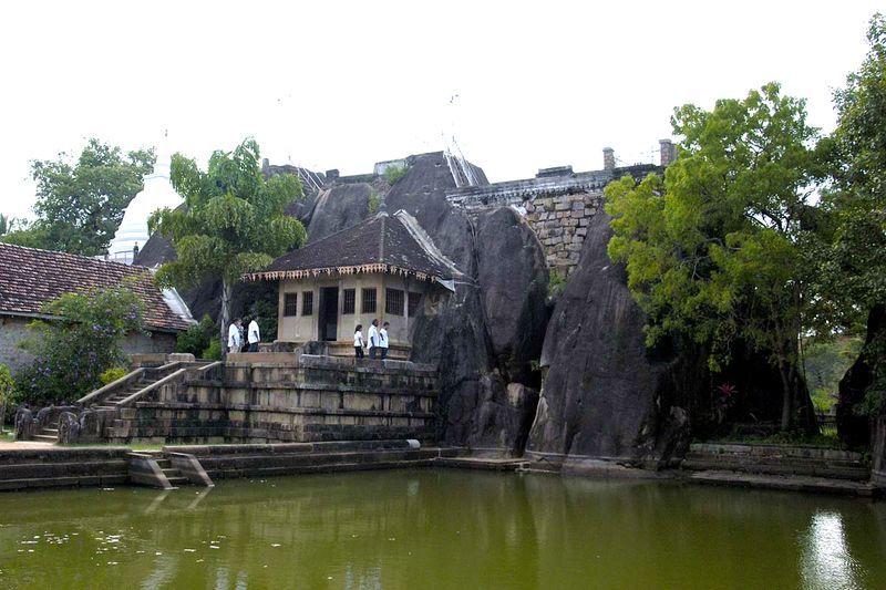 Буддистский пещерный храм и скала Исурумуния в Анурадхапуре (Isurumuniya Vihara)