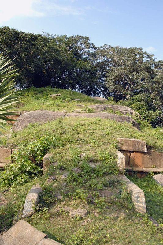 Пещерный монастырь Вессагири в Анурадхапуре (Vessagiri, Vesagiriya, Vaisyagiri)