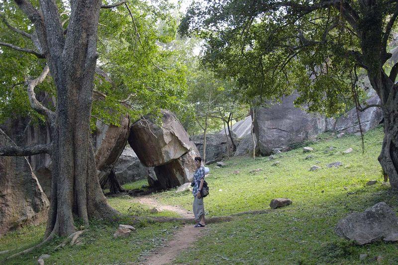 Пещерный монастырь Вессагири в Анурадхапуре (Vessagiri in Anuradhapura, Vesagiriya, Vaisyagiri)