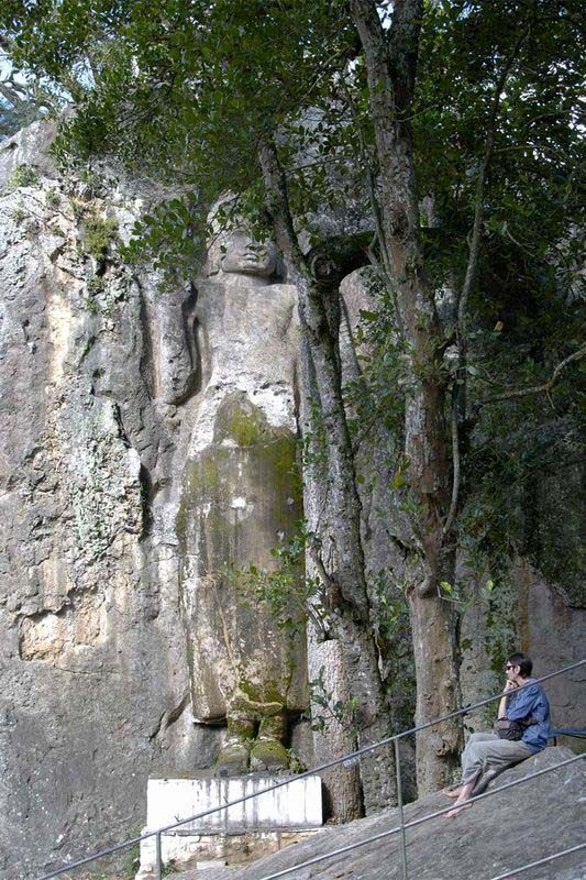 Гигантская скальный статуя Будды и пещерный храм Дова (Giant Buddha and Dowa cave temple)