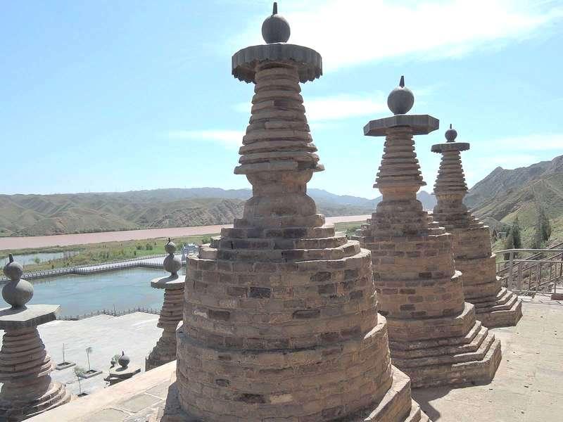 Комплекс «108 ступ» близь Цинтунся  (Qingtongxia)